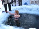 Девушка купается. Наши томские коллеги.