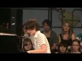 Мальчик играет на пианино и поет песню Леди Гаги