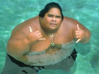 Израель Камакавиво'оле (Israel Kamakawiwo'ole; 20 мая 1959 - 26 июня 1997) - гавайский музыкант, исполнявший песни под аккомпанемент гавайской гитары-укулеле.  На Гавайях его называли The Gentle Giant, нежный гигант. Он и был гигантом при своем росте 190 см и весе в 343 килограмма, но голос у него был как у хрупкой девушки – высокий, вкрадчивый и нежный. А десять тысяч человек пришли на пляж Макуа, чтобы выполнить последнюю волю музыканта – развеять его прах над его любимым Тихим Океаном.
