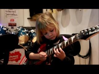 Зои Томсон в 6 лет играет тему из Пиратов Карибского Моря на гитаре!