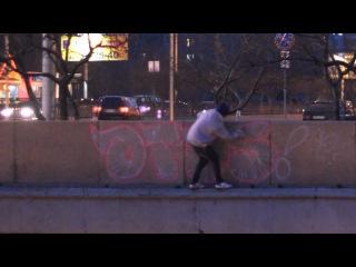 челнинский графитчик рисует прямо над мостом рискуя сорваться вниз