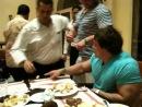 Андрей скоромный борется на руках с официантом к его восторгу, окунает его в десерт. Поединов века Конан и Атлант