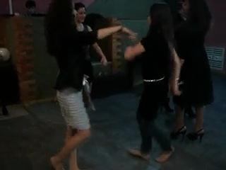 Чеченка и Армянка танцуют