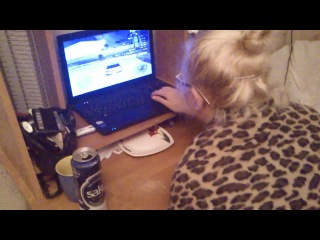 Как девушки играют в компьютерные игры.:D