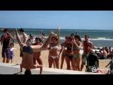 Парень отжигает на пляже