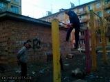 Пьяный на турнике))) на лицо в конце посмотрите)))))))))