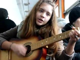 Прикольно девчонка играя на гитаре поёт Марсель - эта песня для тебя слышишь ( COVER )