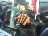 Мальчик поёт в электричке
