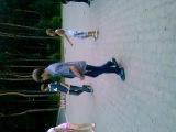 парень классно танцует драм степ)))))))