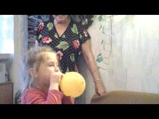 Лера учиться надувать шарик