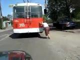 Мега Прикол)))Бабка думает что толкает Троллейбус