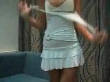 Девушка в белой футболке и юбочке, раздевается и купается в джакузи