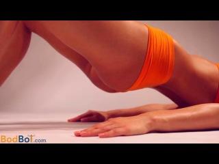 Красивая девушка дает уроки фитнесса