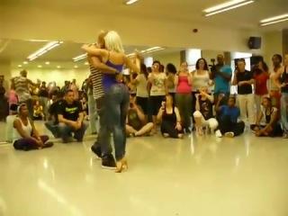 Удивительно прекрасный танец красивой пары (Бачата)
