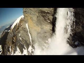 Спуск на лыжах и горный прыжок со скалы с лавиной, видео от первого лица