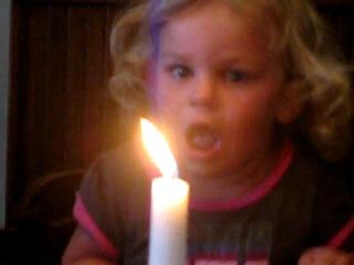 Девочка тушит свечку
