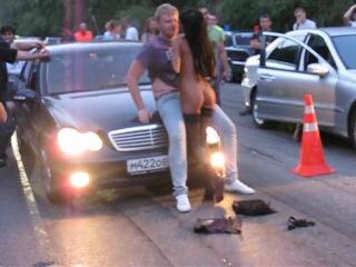 Эротик шоу на уличных гонках.
