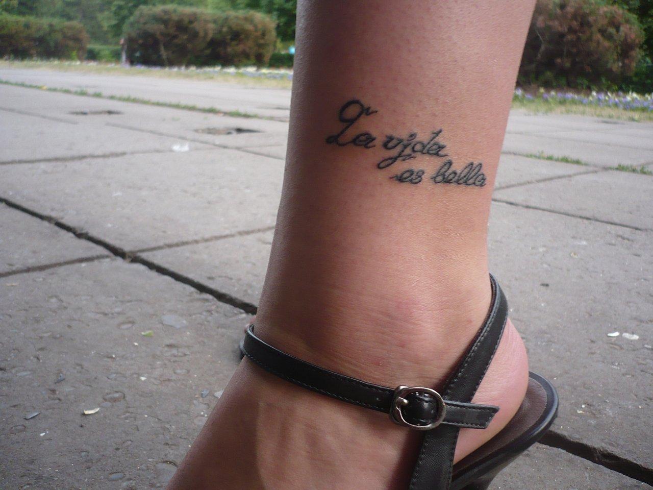 Татуировки на ногах у девушек надписи с