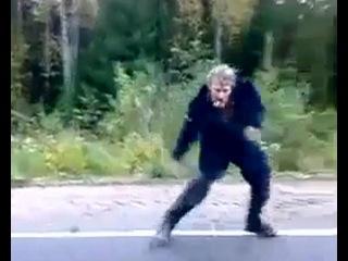 Мужик-леший бежит за машиной и танцует в лесу под Mariah Carey (Марая Кери) – My All