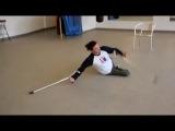 Завораживающий танец инвалида на костылях.Парень молодец!!!