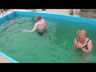 Тетка утопила старого больного деда, жесть прикольно и страшно, угарное ужасное видео приколы. Старая тека занимается сексом с н