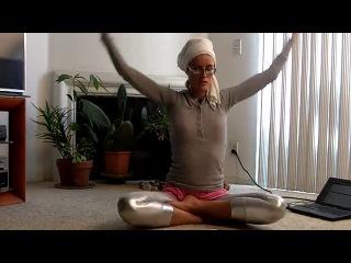 Несложный коротенький комплекс кундалини-йоги с Машей Калининой.