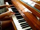 Девушка играет клубняк на пианино с аккордом