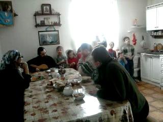 Батюшка Алексий Ким(с.Верхнее Санчелеево)со своей женой и 8 детьми поют рождественнскую песню