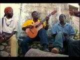 африканские парни отжигают на однаструнной басс гитаре