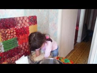 Маленькая хозяйка делает пироги