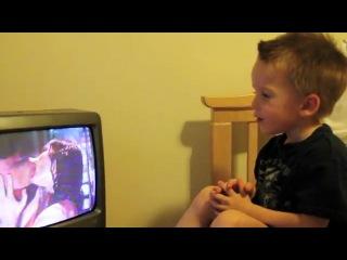 Реакция детей на поцелуй человека-паука)