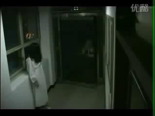 Девочка пугает посетителей после фильма Звонок