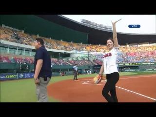 Супер подача корейской девушки-пинчера. Бейсбол на 5+ ))) (South Korean rhythmic gymnast Shin Soo-ji-u0027s first pitch)