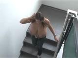 stairs грудастая девушка на ступенях лестницы