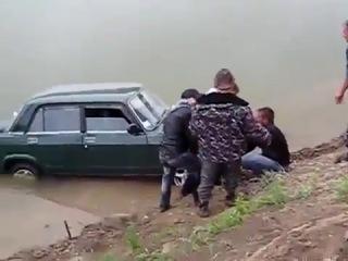 На авто в реку. Придурки утопили машину. Приколы с авто.