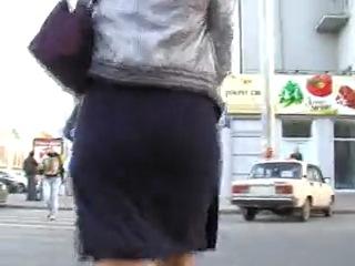Клевая девушка в мини - юбке !