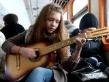 Девочка круто поёт под гитару на французском
