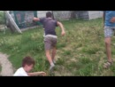 Селянські хлопці випробовують новий вид качаня ніг