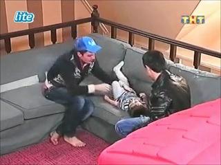 Женя Кузин и Сергей Пынзарь играют с Митей