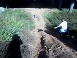Девушка с разбега упала лицом в грязь