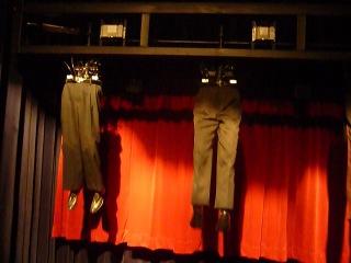 механический театр Джима Вайтинга. Все здесь — одежда, куклы, предметы быта — неожиданно оживают и превращаются в танцующие и ле