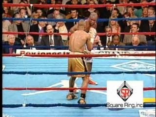 Roy Jones, jr - Greatest Knockouts Он считается лучшим из лучших pound 4 pound бойцом в истории бокса. Он единственный, кто смог стать чемпионом мира в ЧЕТЫРЁХ весовых категориях! Его Зовут Рой Джонс и вот его лучшие атаки. Посмотрите, как Рой за счёт невероятной быстроты ударов рук и изумляющей скорости реакции проводит защиту от ударов величайших боксёров! Перед Вами блестящая компиляция этих моментов. Этот полнометражный фильм насыщен до отказа хроникой поединко