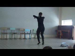Чёткая армянка танцует лезгинку!