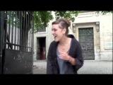 Изабель Жеффруа , сценический псевдоним ZAZ (француженка) поёт на улице без микрофона
