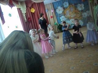 Алиса с девчонками выступает в саду