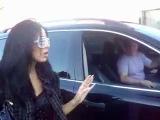 Девушка выходит утром из клуба Рай в Москве.