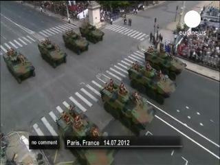 Вот и Президента Франции приветствуют! :-) И не поверите Людей из Парижа всех не повыгоняли :-) по Домам! И о ужас он ещ