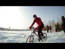 зимнее фигурное вождение велосипеда.