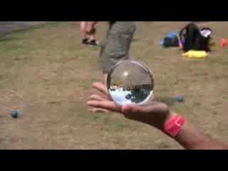 Растаман жжот со стеклянным шаром. Такие трюки классные.