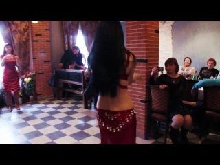 Красивая брюнетка - сексуальный танец живота, бедер и